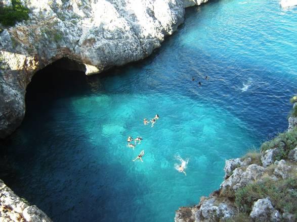 la costa adriatica è caratterizzata da alte rocce, da grotte, insenature e fiordi